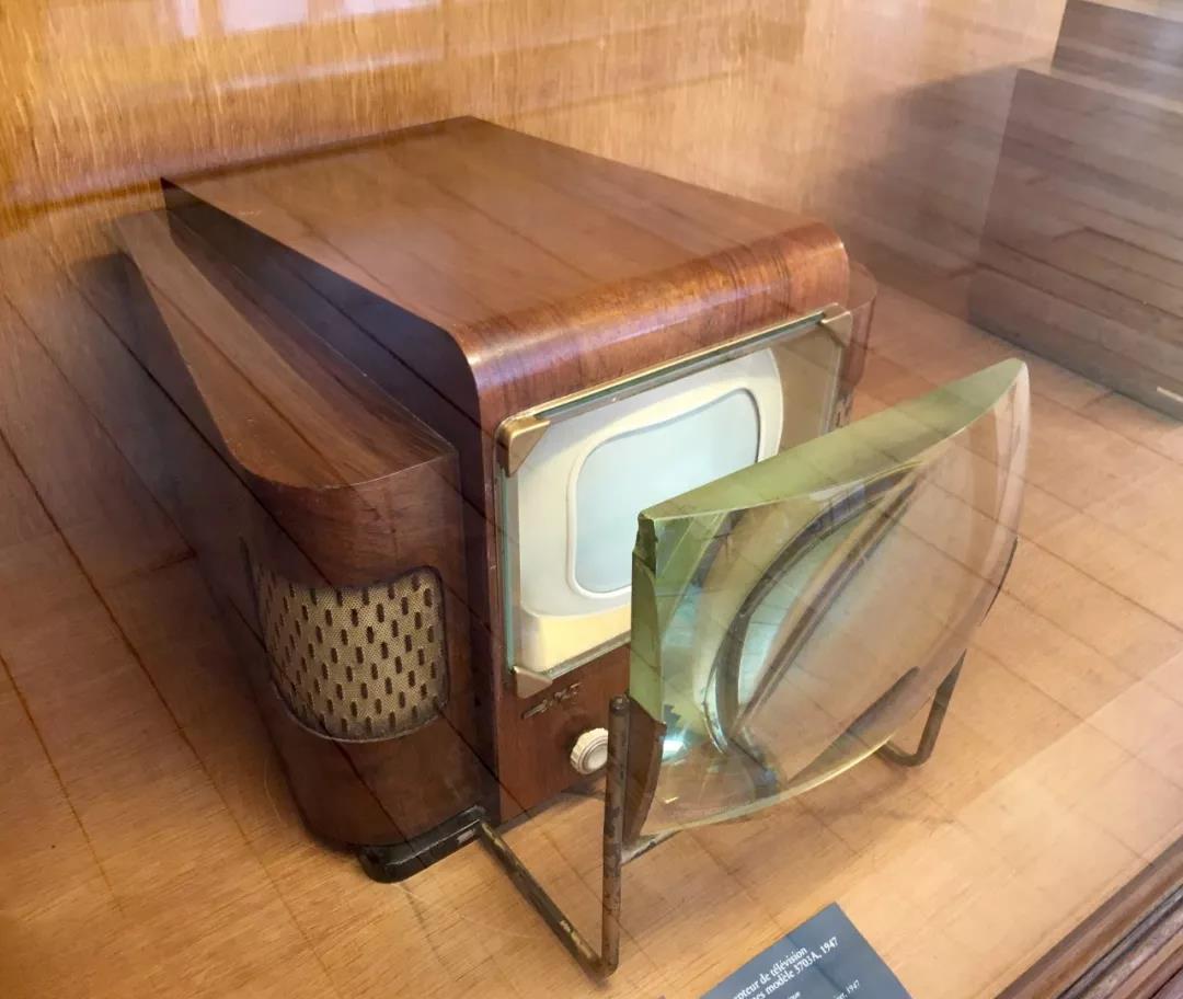 第一架照相机,第一台电视机,第一台电脑,第一台电话机,它们都长什么样呀?