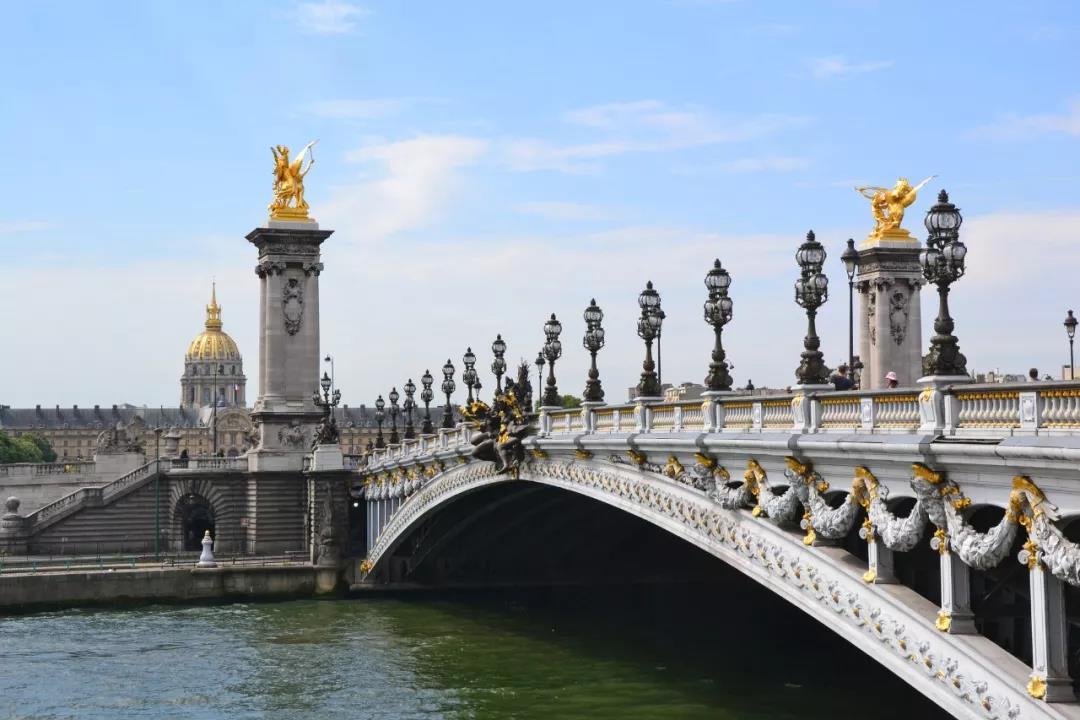 亚历山大三世桥将为本次丈量画上完美的句号。亚历山大三世桥堪称是世界上最美丽的一座桥。它的重大历史意义和优美的建筑风格使其当之无愧地成为塞纳河上所有桥梁的佼佼者。