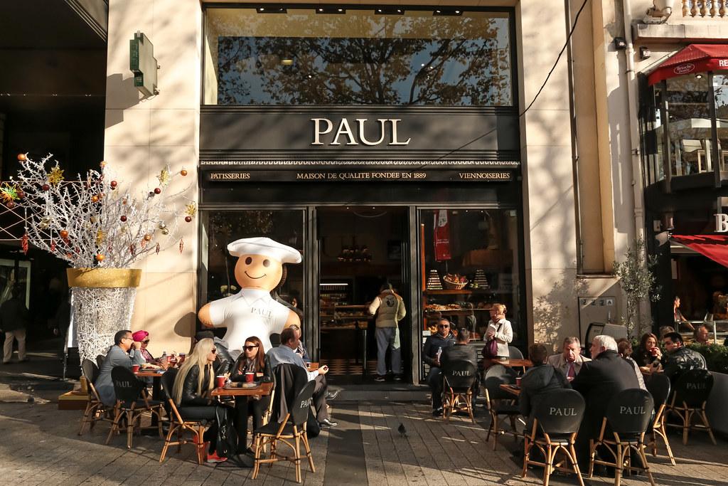 84号的面包店Paul凭借它700多个连锁店已经无人不晓,但是知道它善舞的长袖一直甩到对面75号Ladurée的人也许不多。