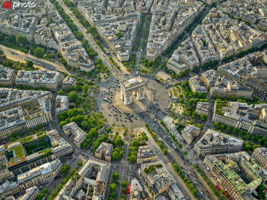 巴黎现在的城市规划早已被定格于法国第二帝国时期。从当年奥斯曼改造巴黎至今,已经历了160多个春秋,但是巴黎这位贵夫人却未曾增添过多的褶皱,反而变得越来越典雅,越来越美丽。曾经备受争议的巴黎大改造,也越来越被后人认可。