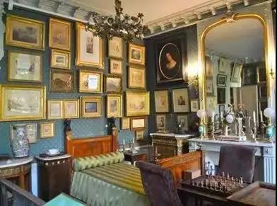 从狭小的空间进入,一层是艺术家生活起居的地方,包括饭厅,书房,以及卧室,里面充斥着艺术家收藏的稀奇古怪的珍宝以及古董。并且在一层还保留了19世纪原生态的洗手间。