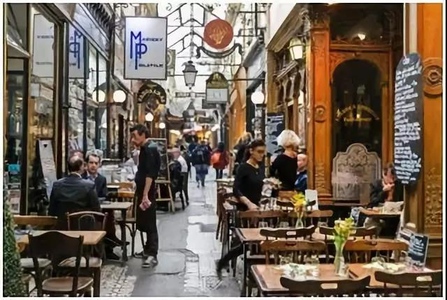 在巴黎的拱廊街置身于世界各国风味餐馆,别具一格的火车餐厅仿佛开往美好年代!