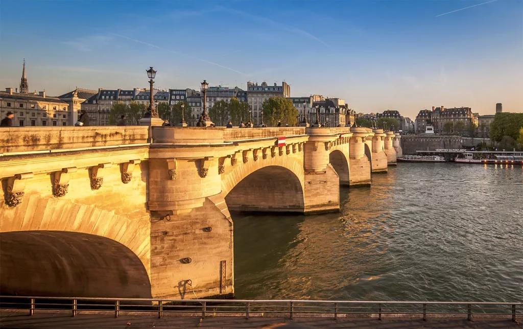 """丈量的行程将从新桥开始。""""新桥""""是巴黎现在最古老的一座桥,一直保持着400多年前的本色。那巴黎人为什么叫它""""新桥""""呢?"""