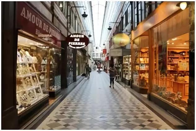 拱廊街的地下隐藏有什么奥妙?百年历史的老酒店迎来送往,它的客房能看到什么美妙的景象?