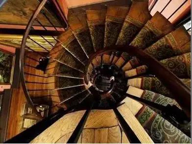 二楼和三楼,曾经作为莫罗先生的画室,现在被一个绝美的雕花螺旋楼梯所连接,被大大小小的油画所包围,极具视觉震撼力。