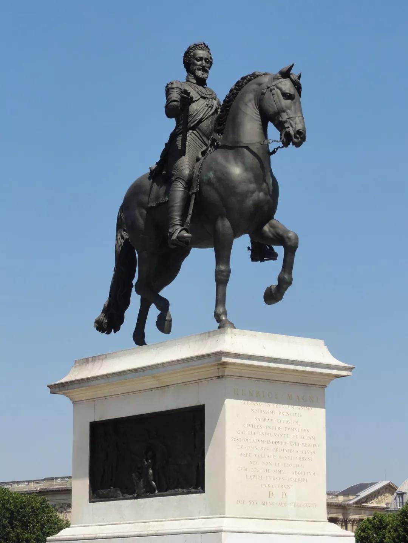 新桥上最著名的雕塑就是亨利四世骑马雕像,它能屹立至今有着一段鲜为人知的曲折历史。有多少人知道马肚子里藏了什么秘密?