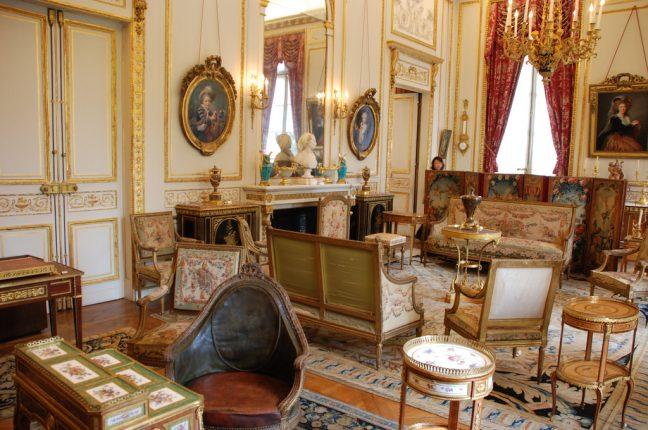 走进官邸后,您看到的每一件摆设都是货真价实的18世纪古董,大多是王室和贵族的用品,价值连城。