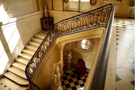 摩西把自己完全浸润在地道的18世纪法式贵族生活的氛围之中,每日举手投足于博物馆级的藏品之中。