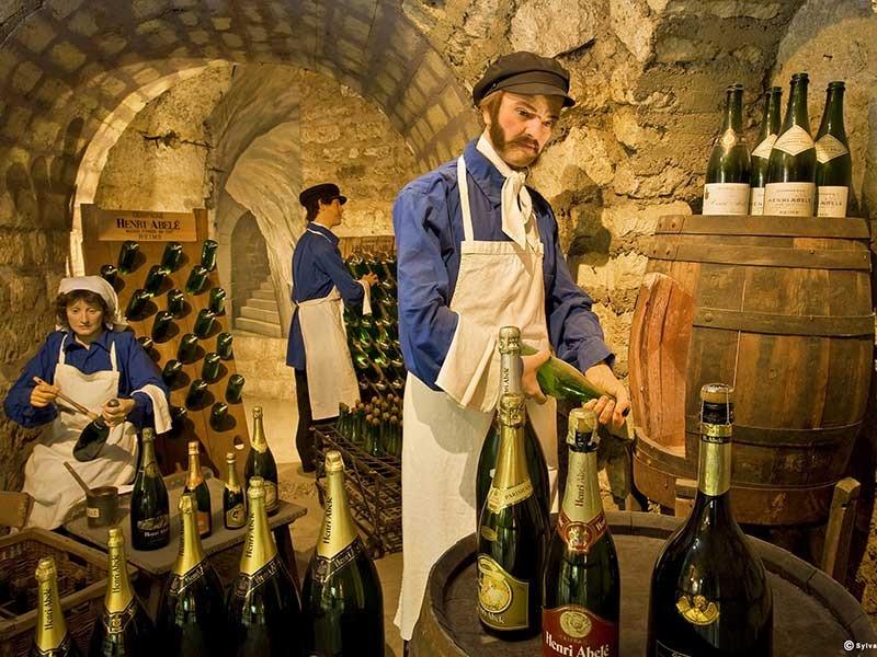 在探访之旅的最后,我们将会在这始建于中世纪的酒窖之中,品鉴一杯美酒,围坐一起,探讨酒神文化的起源,圣经和葡萄酒的关系,以及中世纪那些战火纷飞,却又伴着骑士战歌的葡萄酒岁月......