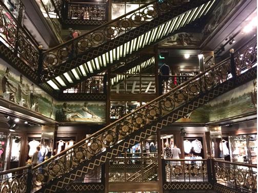 23号的 Abercrombi是年轻休闲的国际知名品牌,走进一看店里怎么像博物馆一样古色古香?它的前身又是谁?