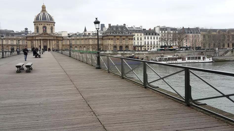 新桥的邻居是艺术桥。几年前,艺术桥差点被挂满的爱心锁压垮。爱心锁的来历是什么?桥上原来的100多万把锁头又到哪里去了呢?