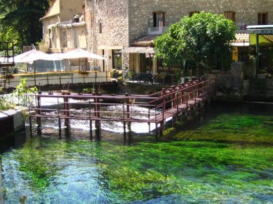 南法小镇:红土城(Roussillon)-石头城(Gordes)-泉水小镇(Fontaine De Vaucluse)
